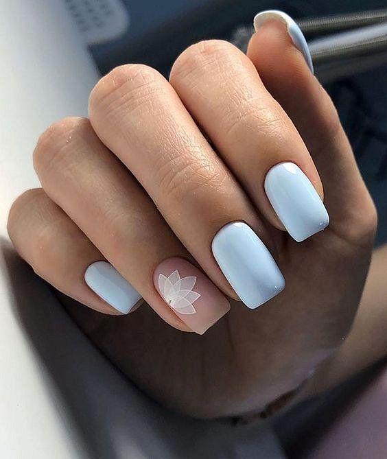 Beżowo jasnoniebieskie paznokcie