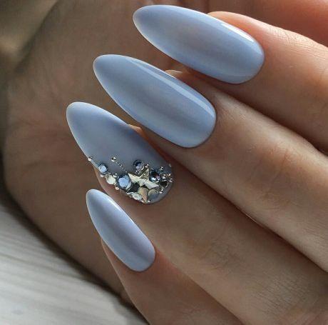 Błękitne paznokcie z cyrkoniami