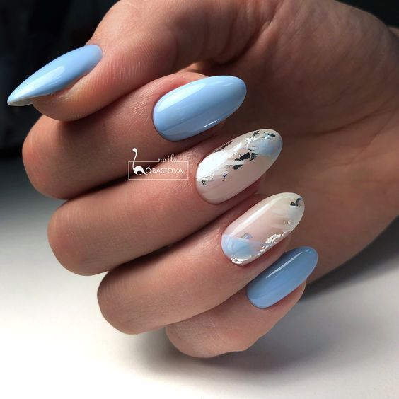 Błękitne paznokcie z folią transferową