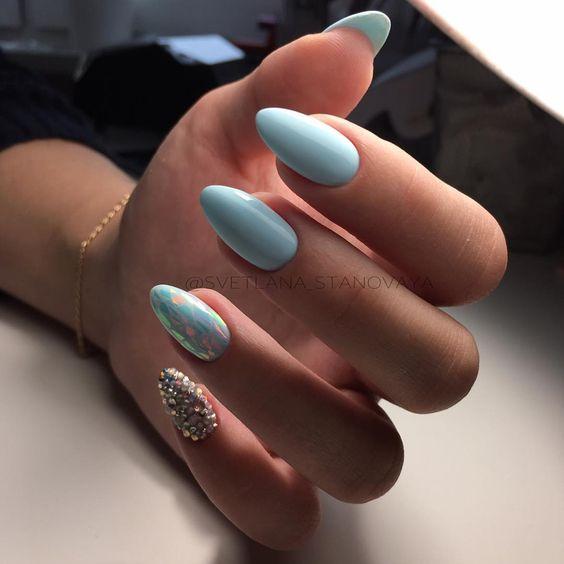 Błękitne paznokcie ze zdobieniami