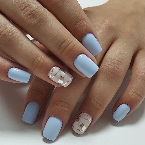 Błękitny manicure z wzorkami