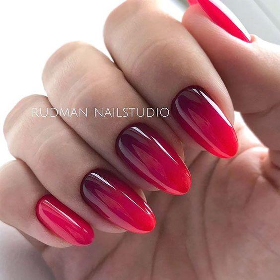 Bordowo czerwone ombre na paznokciach