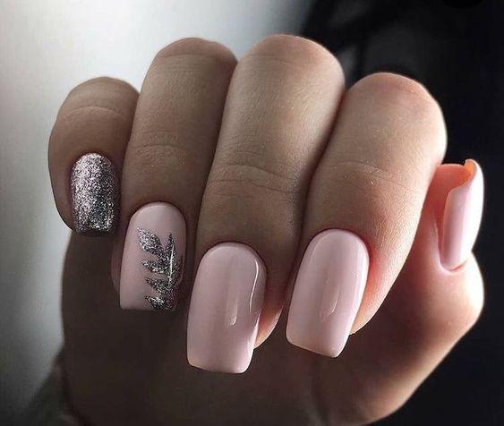 Brokatowe paznokcie w kolorze pudrowego różu