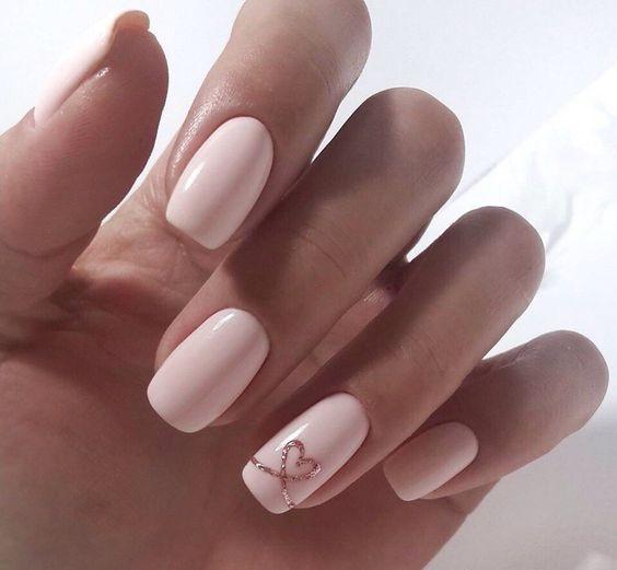 Jasnoróżowe paznokcie z serduszkiem