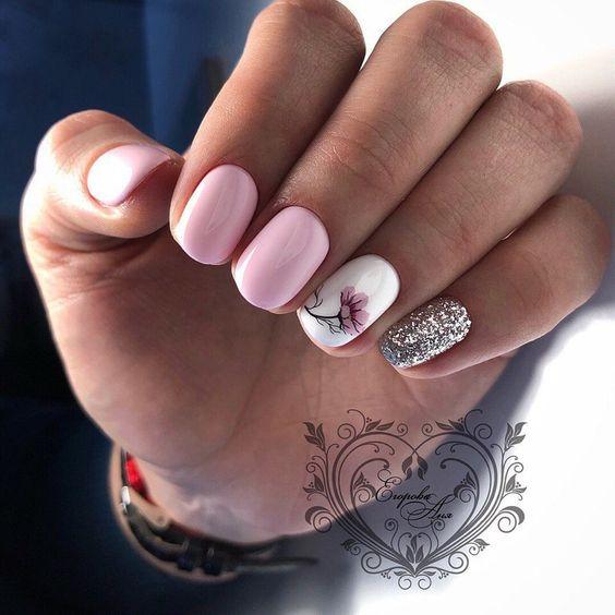 Jasnoróżowe paznokcie ze srebrnym brokatem