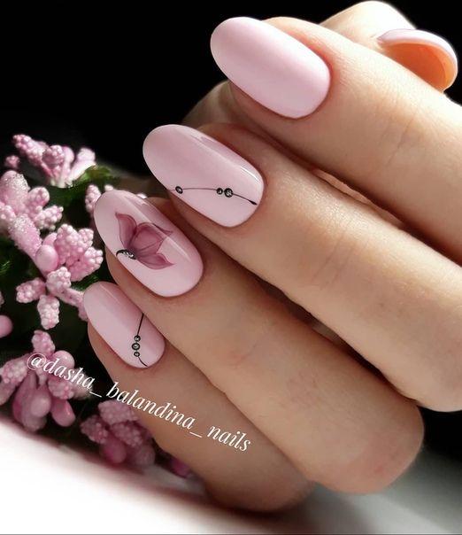 Manicure w kolorze pudrowego różu
