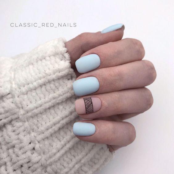 Matowe błękitne paznokcie