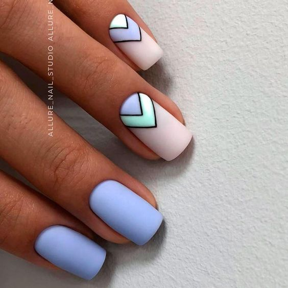 Matowy manicure z geometrycznymi wzorami