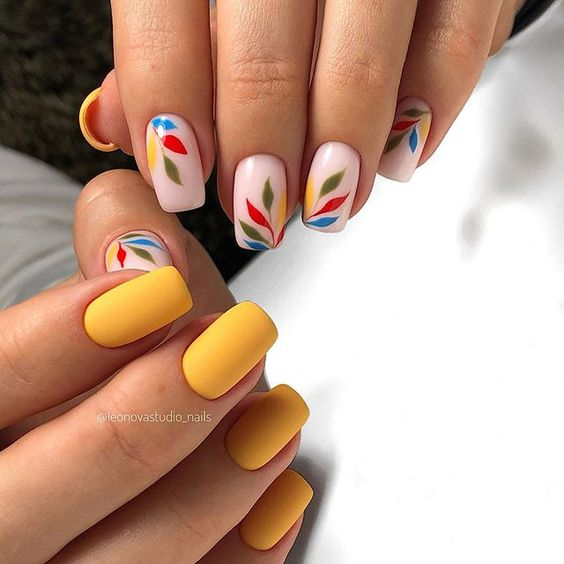 Matowy manicure z wzorkami na wiosnę