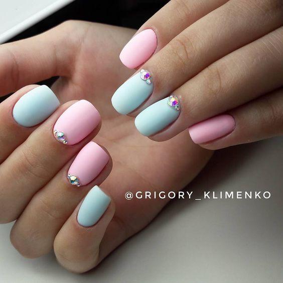 Różowo jasnoniebieskie paznokcie