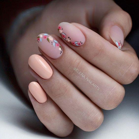 Brzoskwiniowe paznokcie przedłużane żelem