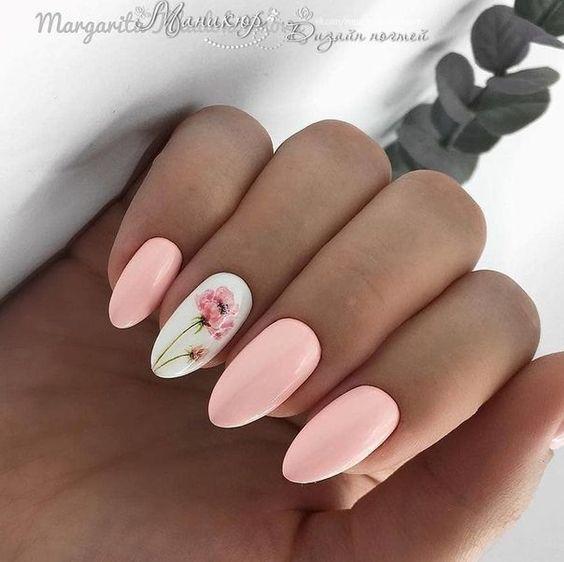 Brzoskwiniowe paznokcie z kwiatkiem