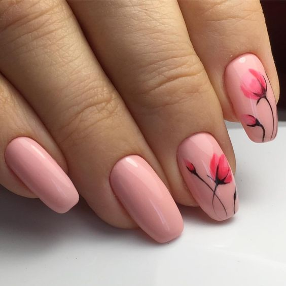 Brzoskwiniowy manicure z kwiatami