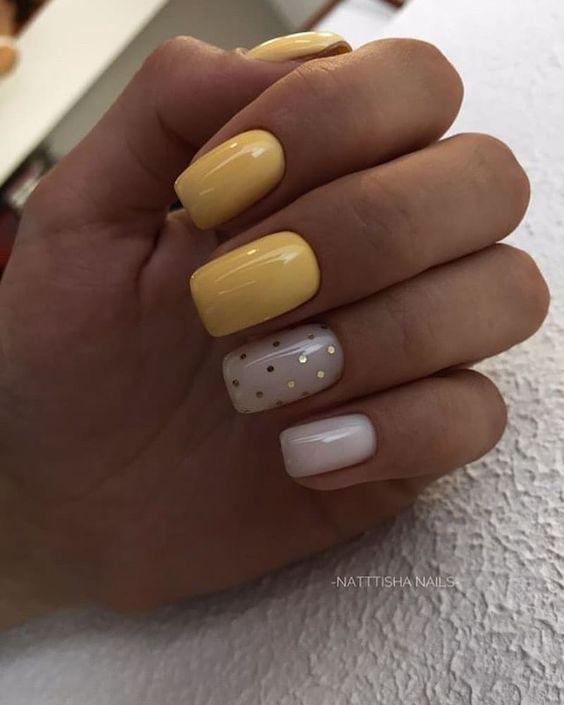 Ciemnożółte paznokcie z wzorkami