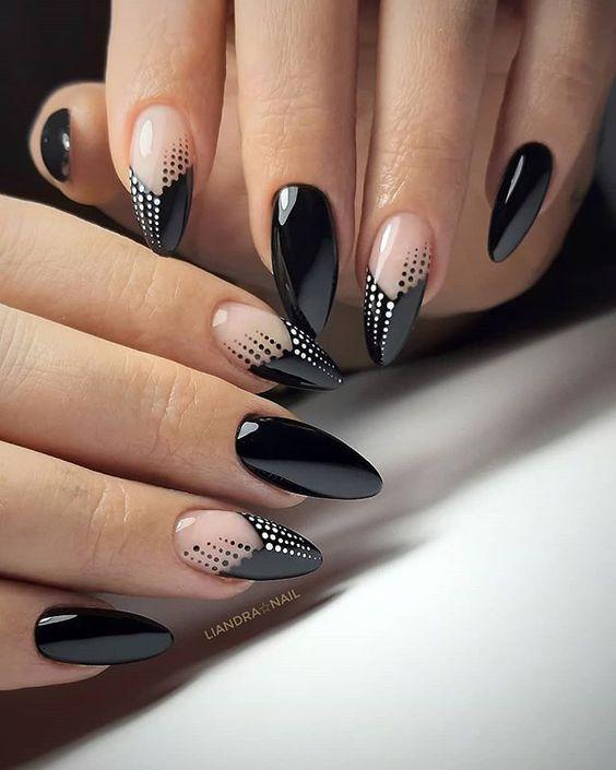 Czarne paznokcie z geometrycznymi wzorami