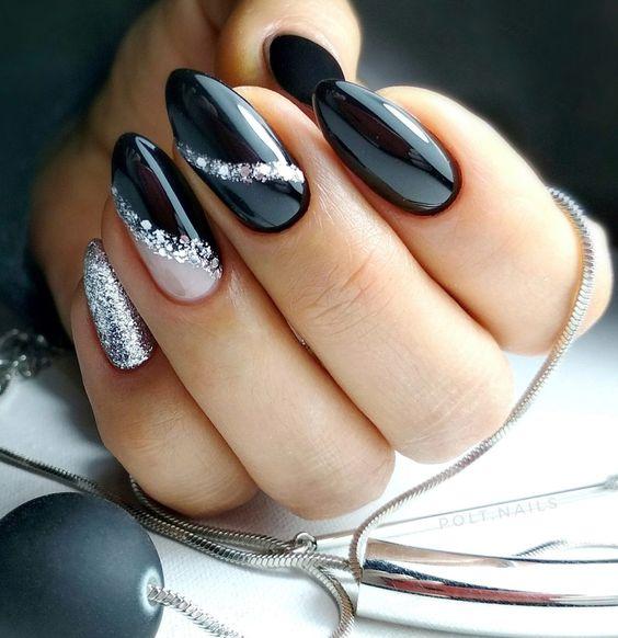 Czarne paznokcie ze srebrnym brokatem