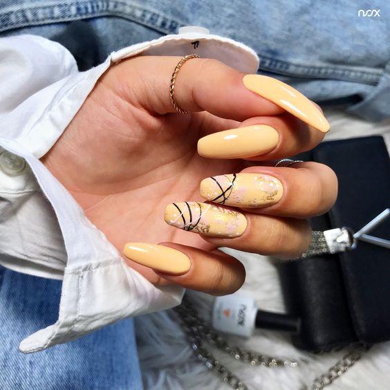 Długie brzoskwiniowe paznokcie