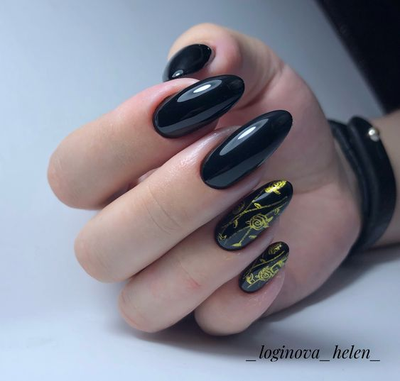Długie czarne paznokcie