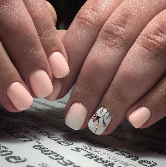 Krótkie brzoskwiniowe paznokcie