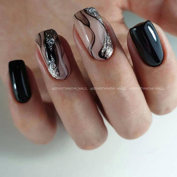 Kwadratowe czarne paznokcie z wzorkami