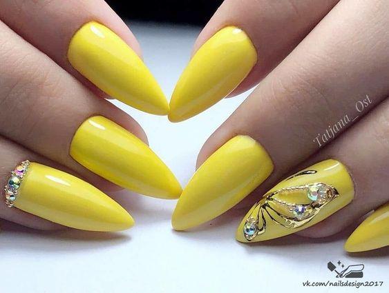 Żółte paznokcie z wzorkami