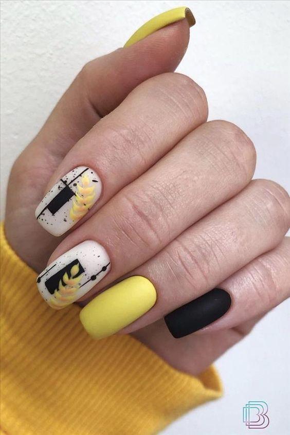 Żółto czarne paznokcie z kwiatkami