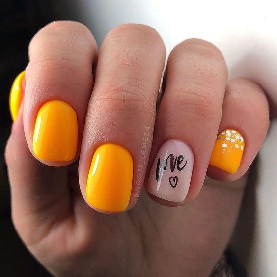 Krótkie pomarańczowe paznokcie