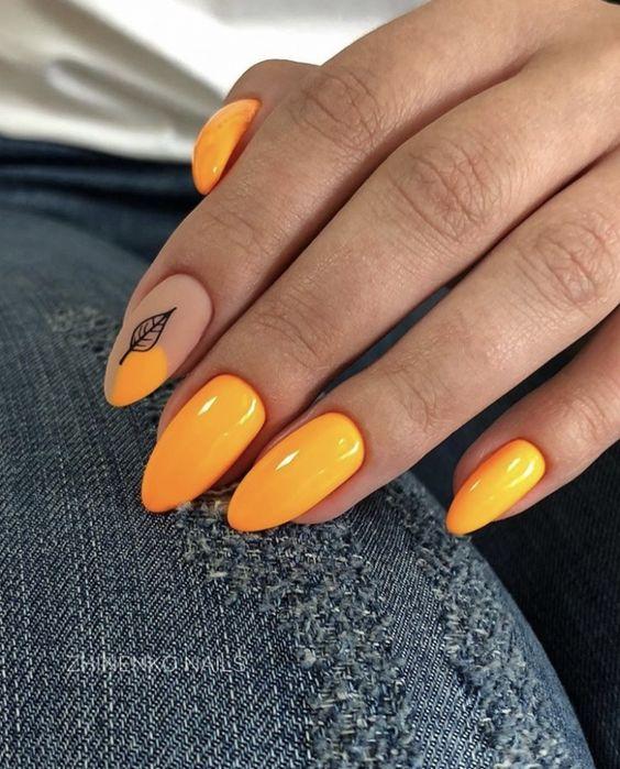 Pomarańczowe paznokcie z listkiem