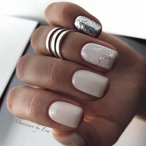 Delikatne brokatowe paznokcie