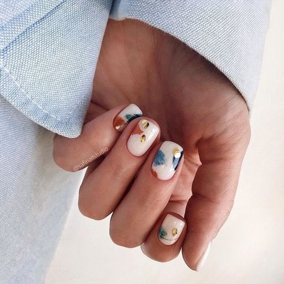 Delikatne kolorowe paznokcie