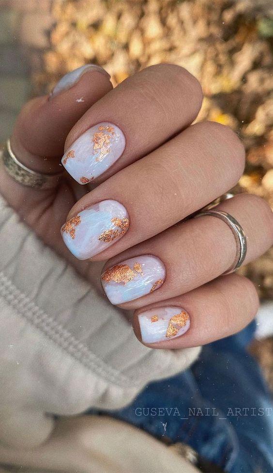Delikatne paznokcie z wzorkami i folią transferową