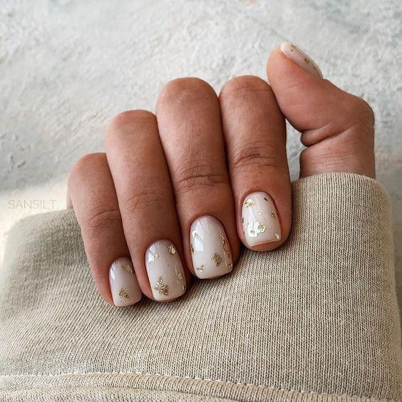 Mleczne paznokcie z folią transferową