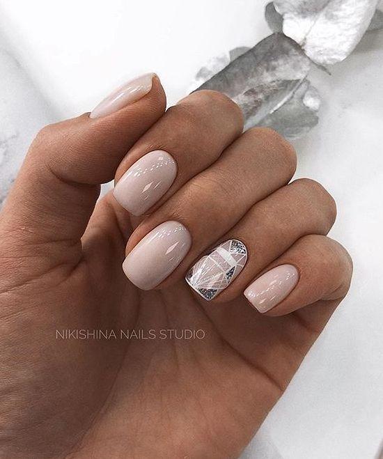 Beżowe kwadratowe paznokcie