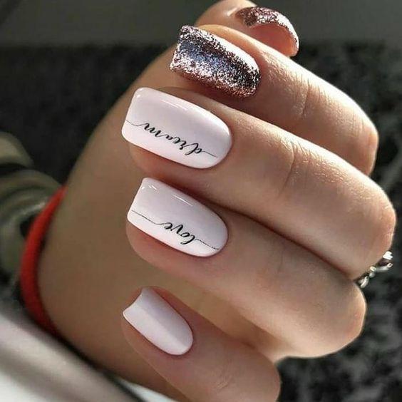 Białe kwadratowe paznokcie z brokatem