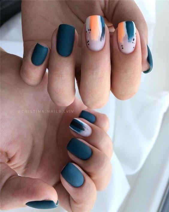 Ciemne kwadratowe paznokcie