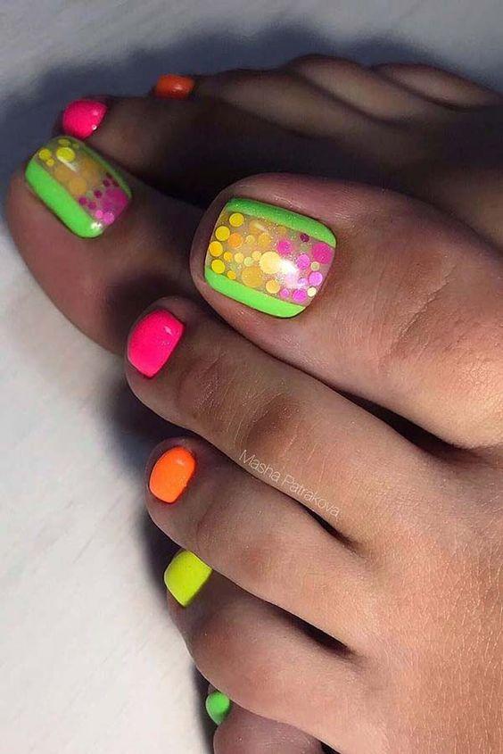 Neonowy pedicure na lato