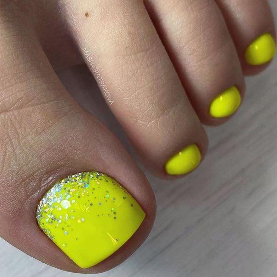 Żółty pedicure na lato