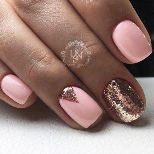 Jasne paznokcie ze złotym brokatem