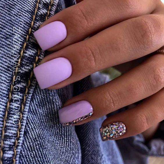 Kwadratowe paznokcie z brokatem