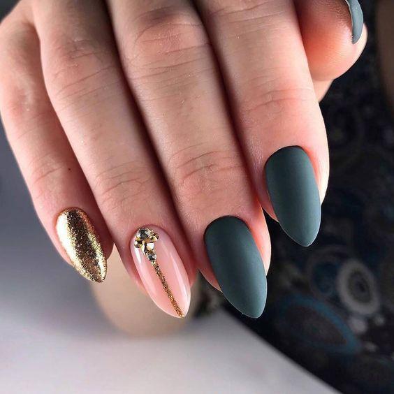 Matowe paznokcie z brokatem